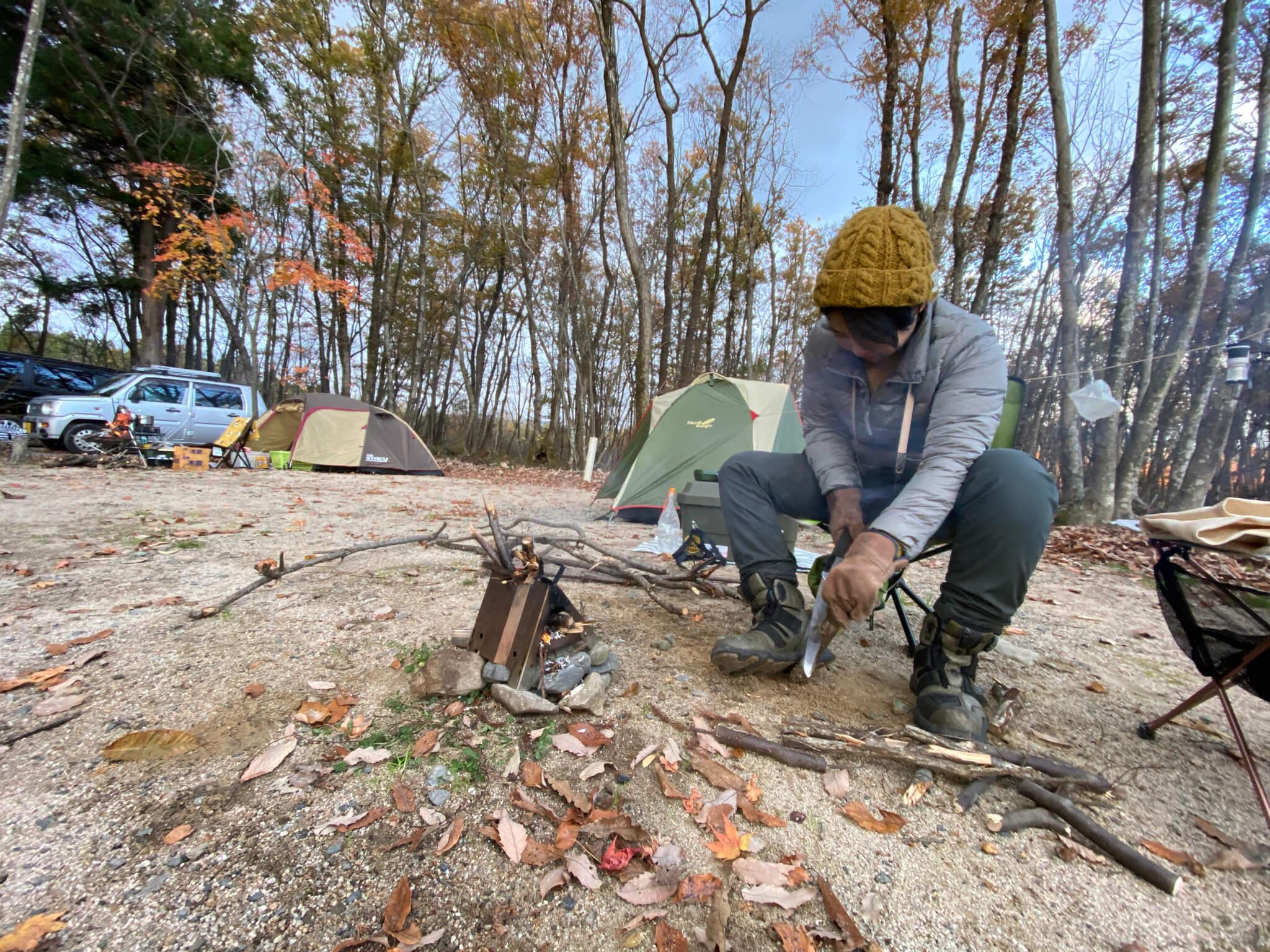 薪を割る女性